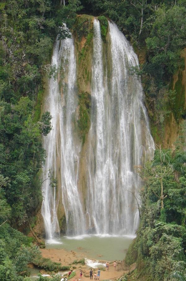 Водопад в горах Доминиканской республики